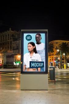 Lumières de la ville urbaine la nuit avec maquette de signe