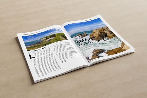 Magazine ouvert sur une surface en bois