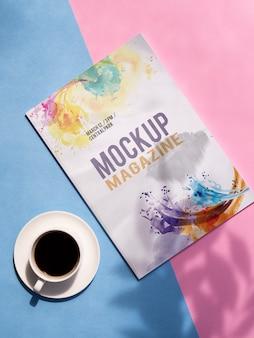 Magazine simulé à côté d'une tasse de café