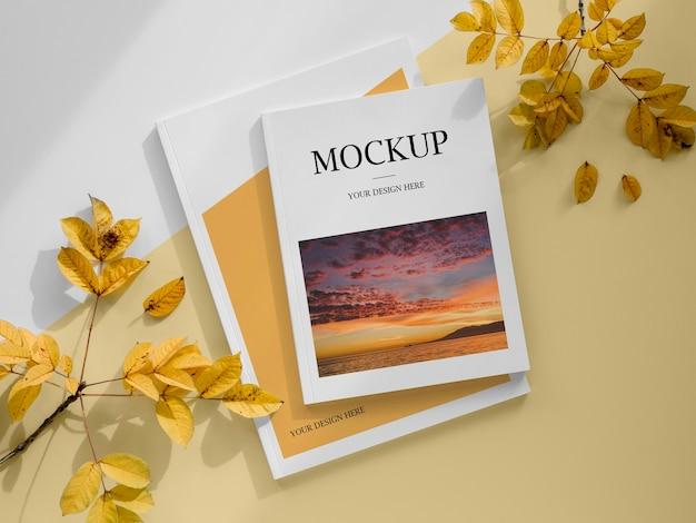Magazine vue de dessus avec des feuilles jaunes