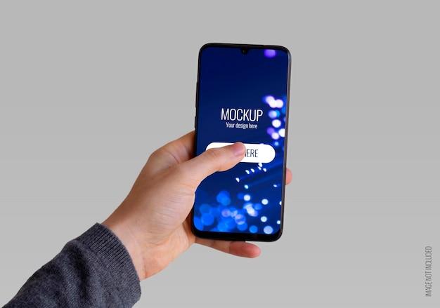 Main gauche tenant une maquette de smartphone