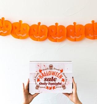 Main tenant la boîte avec le concept de halloween