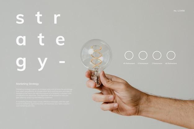 Main tenant une maquette d'ampoule