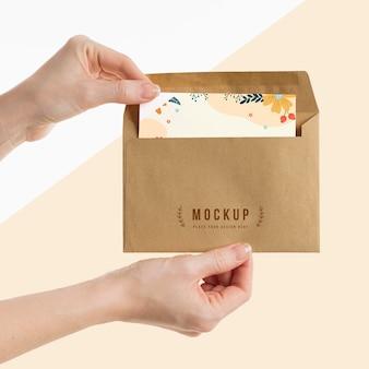 Main tenant une maquette d'enveloppe