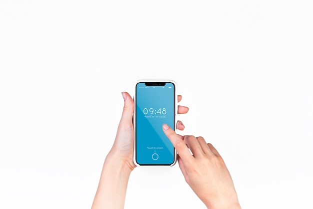 Main tenant la maquette de smartphone
