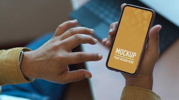 Mains à l'aide de maquette de smartphone sur table de travail