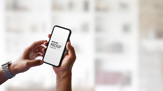 Mains ayant et touchant le smartphone maquette