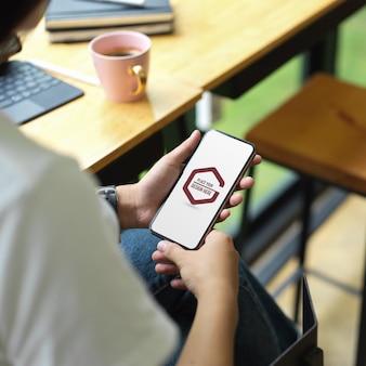 Mains d'étudiants à l'aide de smartphone maquette dans un café