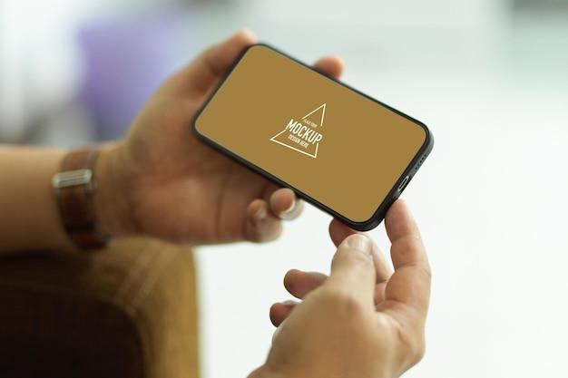 Mâle tenant une maquette de smartphone