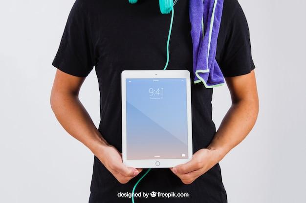 Man en version d'été montrant tablette