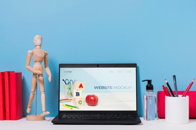 Mannequin en bois et ordinateur portable avec maquette