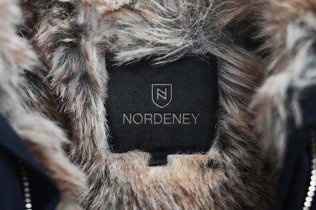 Manteau d'hiver avec étiquette de maquette de logo