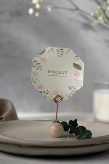 Maquette d'affichage de table avec carte en papier floral
