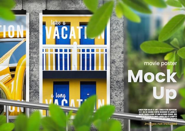 Maquette d'affiche de film suspendue en plein air avec superposition de feuilles sur un mur de béton