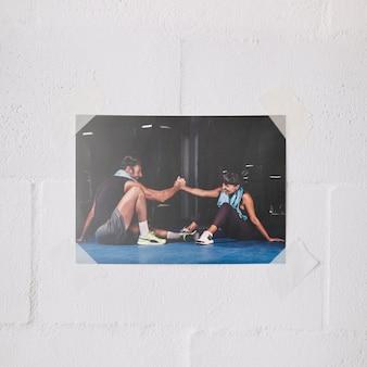 Maquette d'affiches sur le mur avec le concept de travail d'équipe et de remise en forme
