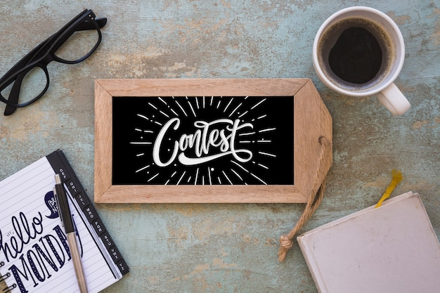 Maquette en ardoise avec café et bloc-notes