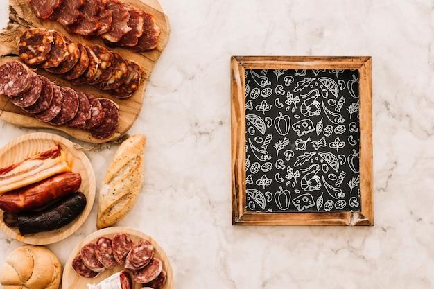 Maquette en ardoise avec une cuisine espagnole traditionnelle