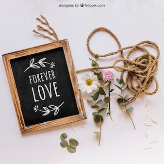 Maquette en ardoise avec des fleurs et une corde
