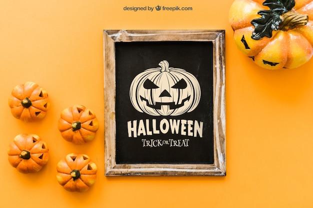 Maquette de l'ardoise d'halloween avec des citrouilles effrayantes