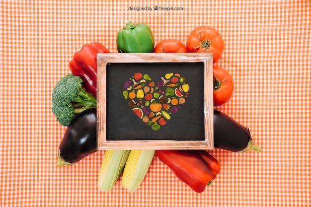 Maquette d'ardoise avec de la nourriture végétarienne fraîche