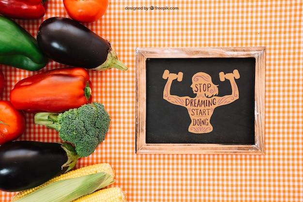 Maquette de l'ardoise avec de la nourriture végétarienne à gauche