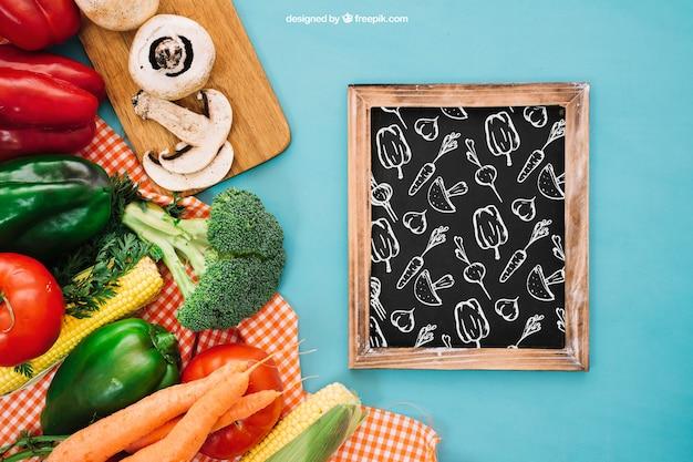 Maquette de l'ardoise avec de la nourriture végétarienne