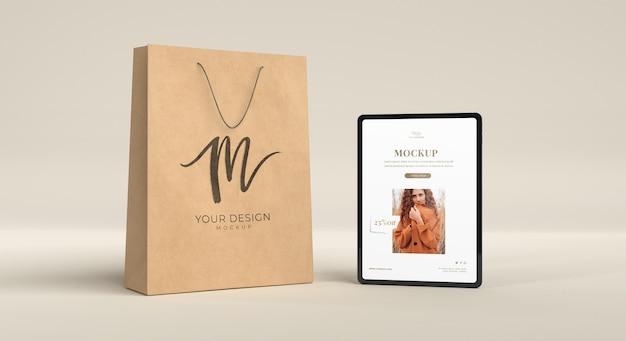 Maquette d'arrangement de tablette et de sac en papier