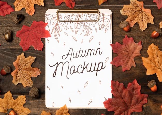 Maquette d'automne à plat avec des feuilles