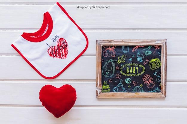 Maquette de bébé avec ardoise et coeur
