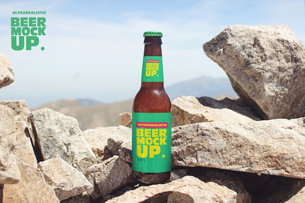 Maquette de bière stone nature sur des rochers