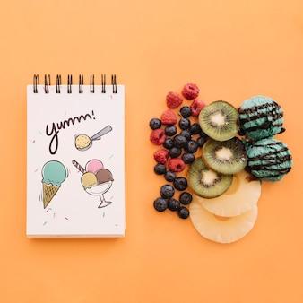 Maquette de bloc-notes avec crème glacée et fruits