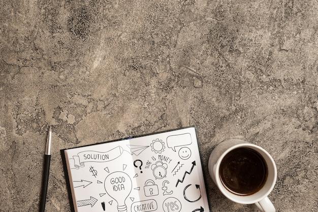 Maquette bloc-notes avec des éléments de bureau