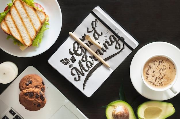 Maquette bloc-notes avec petit-déjeuner
