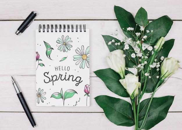 Maquette bloc-notes plat avec concept de printemps