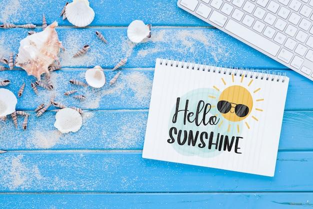 Maquette bloc-notes plat avec éléments d'été