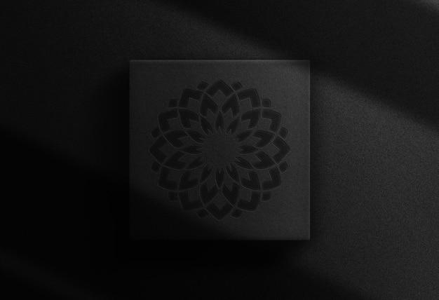 Maquette de boîte carrée à logo en relief de luxe