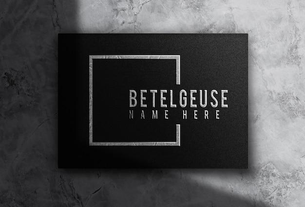 Maquette de boîte horizontale en relief avec logo en métal argenté