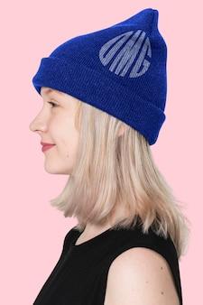 Maquette de bonnet bleu psd avec une séance de mode pour adolescents de la rue graphique omg