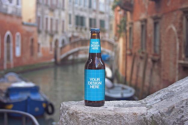 Maquette de bouteille de bière de croisière sur le canal
