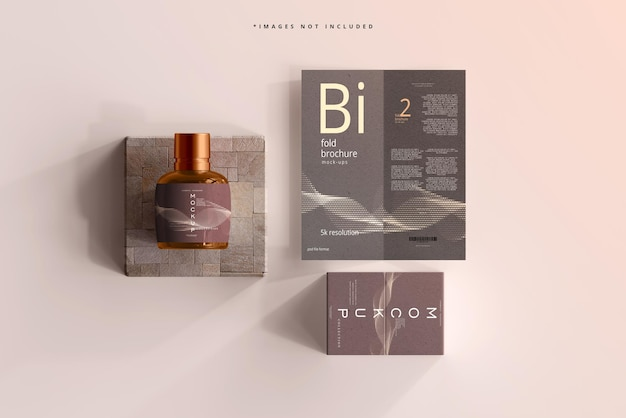 Maquette de bouteille cosmétique en verre ambré avec brochure à deux volets