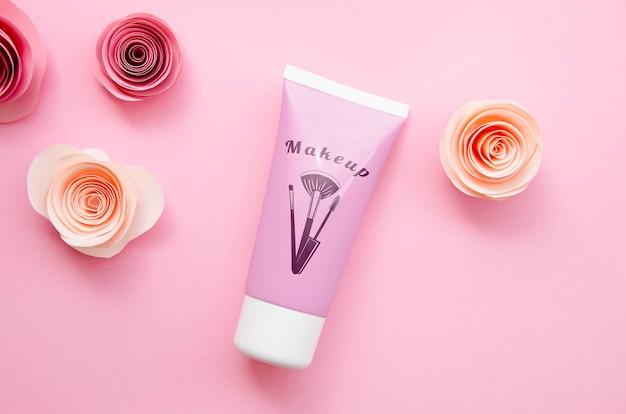 Maquette de bouteille de crème pour les mains sur fond rose