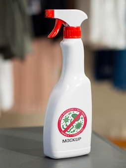 Maquette de bouteille de désinfection vue avant sur table