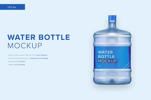 Maquette de bouteille d'eau en plastique dans un style design moderne