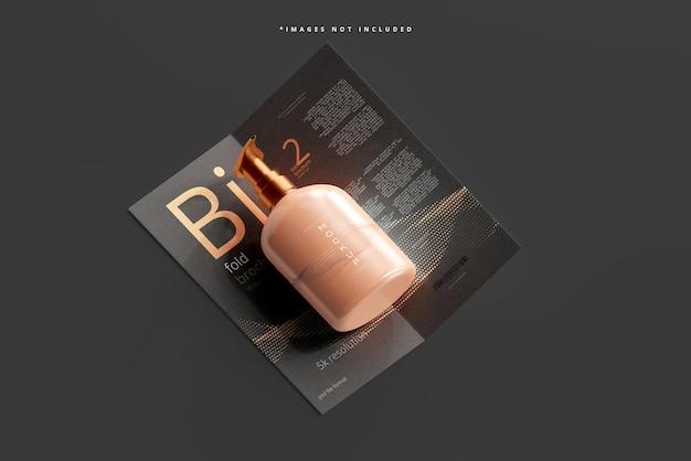 Maquette de bouteille de pompe cosmétique avec brochure à deux volets