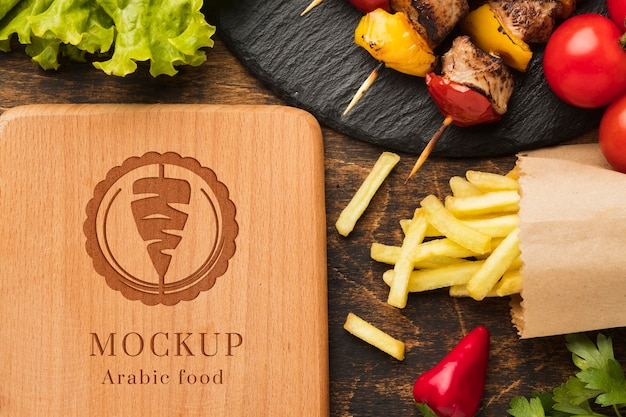 Maquette de brochettes avec des légumes et des frites