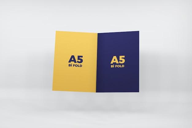 Maquette de brochure a5 pliée en deux isolé