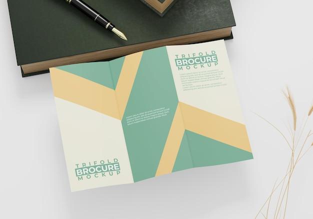 Maquette de brochure minimaliste à trois volets