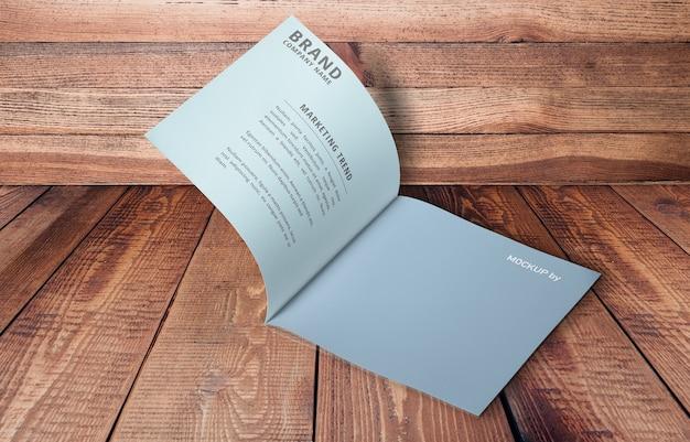 Maquette de brochure ouverte sur des planches de bois