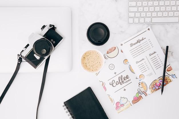 Maquette de brochure ouverte à plat sur l'espace de travail