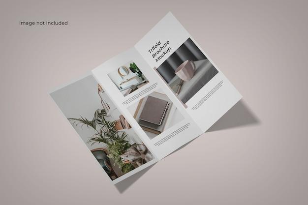 Maquette de brochure ouverte à trois volets vue grand angle